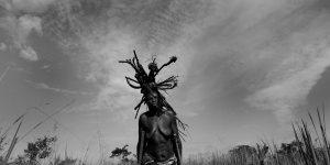 Filda Adoch : « Là, je rapporte du bois à la maison, mais on dirait que j'ai des ailes sur la tête et que je vole à travers le ciel. »  © Martina Bacigalupo / Agence VU Prix Canon de la Femme Photojournaliste décerné par l'Association des Femmes Journalistes en 2010 et soutenu par Le Figaro Magazine.