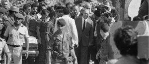 Le président François Mitterrand avec le ministre français de la Défense Charles Hernu, dans les décombres de l'attentat du Drakkar.  24 octobre 1983 / @ AFP