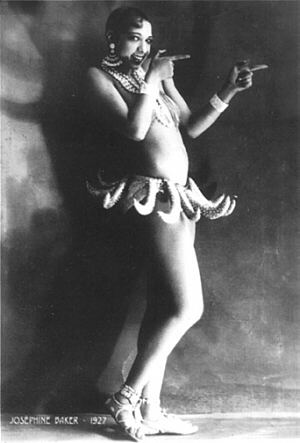 """""""Qui oserait fouiller Joséphine Baker ?"""", disait-elle. Cette danseuse de cabaret cachait dans ses dessous des photos d'installations militaires allemandes. Elle notait dans ses feuillets de musique les derniers mouvements des puissances de l'Axe, en langage secret. Elle fut une informatrice importante des services secrets français."""