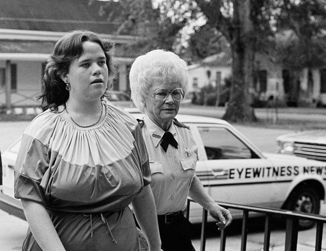 Christine Falling se rend au tribunal, décembre 1982. © Mark Foley / AP