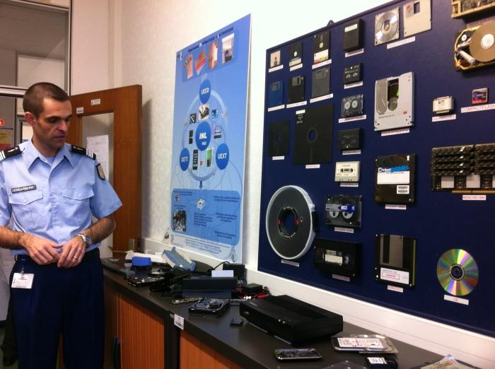 Le gendarme N-TECH est spécialisé dans le domaine des nouvelles technologies. Il intervient, en tant qu'expert, au cours de l'enquête. Il aide, par exemple, à extraire des informations des portables, ordinateurs, disques durs… © Margaux Duquesne