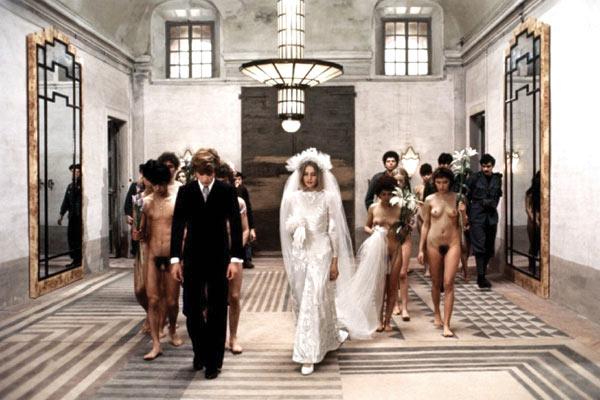 Sorti en France en 1976, Salò ou les 120 Journées de Sodome a été réalisé par Pier Paolo Pasolini. C'est une adaptation de l'œuvre du Marquis de Sade, Les Cent Vingt Journées de Sodome. Ce sera le dernier film du cinéaste, assassiné quelques mois avant sa sortie.