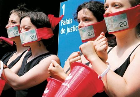 Photo : Jacques Nadeau - Le Devoir Manifestation d'appui à la maison d'édition Écosociété, en 2008, au Palais de justice de Montréal