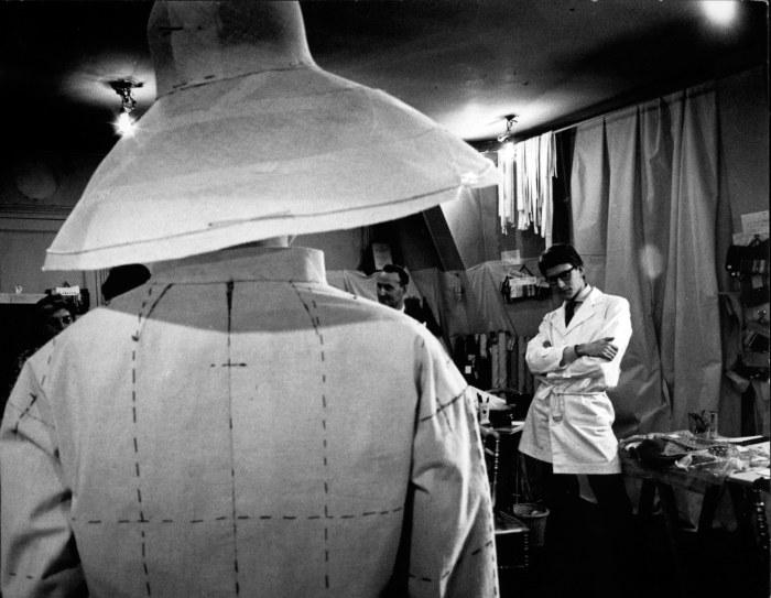Preparation de la premiere collection - 1961/1962  Examen de la toile qui servira de modele pour la realisation finale.  © Pierre Boulat / Cosmos