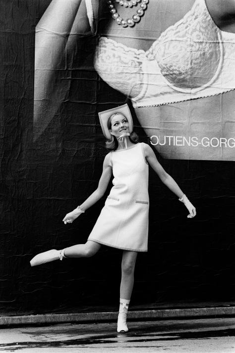 Courrèges - 1965  Devant une affiche pour les soutiens-gorges Rosy PubliŽ dans Life © Pierre Boulat / Cosmos