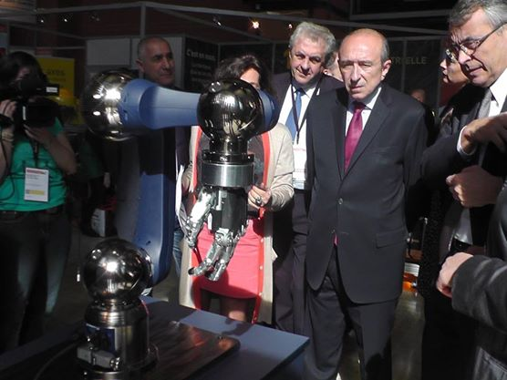 Gérard Collomb et les robots, Lyon, 2014 © Margaux Duquesne