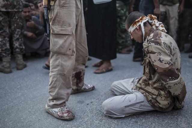 Exécution publique. Un jeune Syrien se met à genoux les yeux bandés avant que les combattants anti-régime ne l'aient publiquement exécuté dans la ville de Keferghan, près d'Alep © Emin OZMEN / SIPA PRESS - Prix Bayeux 2014 - Prix du public