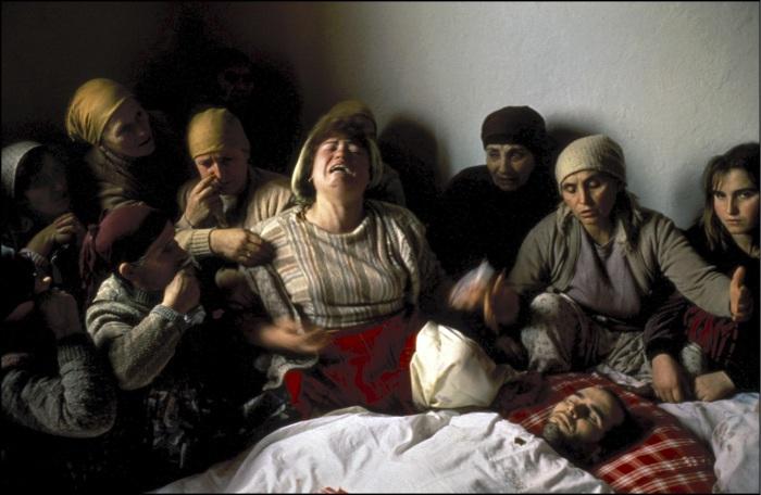 La pieta du kosovo, georges mérillon 28 janvier 1990, Kosovo, Nagafc. Veillée funèbre de Nasimi Elshani, militant indépendantiste tué par la police serbe
