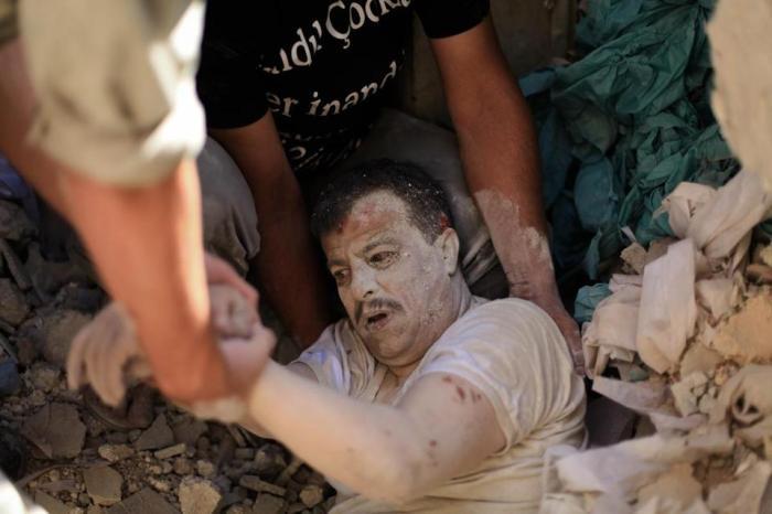 Un homme dans les décombre, à Alep, juillet 2014 / AHMED DEEB/AFP/GETTY IMAGES