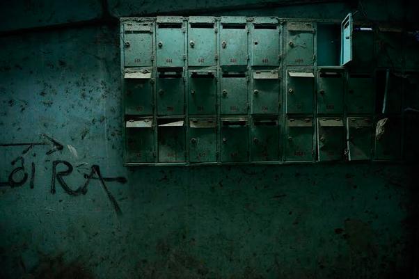 Les centaines de boîtes aux lettres plus ou moins éventrées le long du couloir d'entrée sont autant de témoignages de l'histoire de l'immeuble. Photo : Laurent Weyl /«President Hotel» / 2013