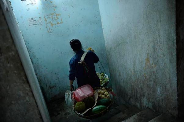 Ce lieu est comme une ville dans la ville et de nombreux colporteurs y passent quotidiennement pour vendre fruits et légumes, billets de tombola ou ramasser cartons et canettes afin de les recycler. Photo : Laurent Weyl / «President Hotel» / 2013