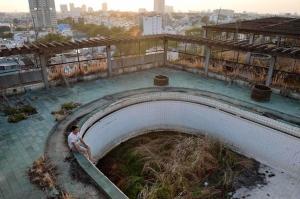 La piscine située sur le toit de l'immeuble n'est plus entretenue depuis le départ des Américains. Photo : Laurent Weyl / «President Hotel» / 2013