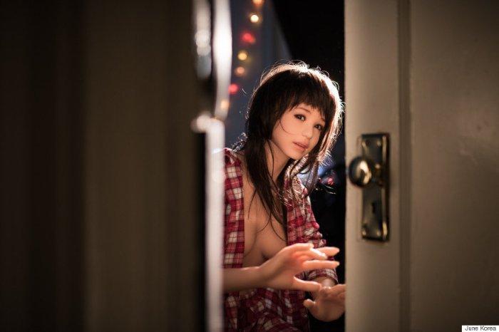 L'artiste-photographe June Korea réalise une série avec une love doll pour explorer les émotions humaines.