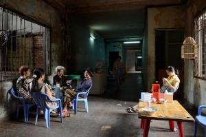 Petit café-restaurant surnommé Bun Bo Hue (du nom d'une soupe populaire au Vietnam) au 1er étage. On y rencontre Mme Bac Thayh Thuy (cheveux gris), ancienne décoratrice de la troupe de théâtre d'Etat Doan Cai Luong Bo. Photo : Laurent Weyl / «President Hotel» / 2013