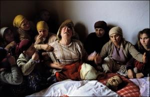 28/01/1990. Nagafc, Kosovo. VŽillŽe funbre autour du corps de Nasimi Elshani, 28 ans, tuŽ la vŽille par la police serbe alors qu'il se rendait ˆ une manifestation.  © Georges MŽrillon- +33 (0)6 07 44 56 71