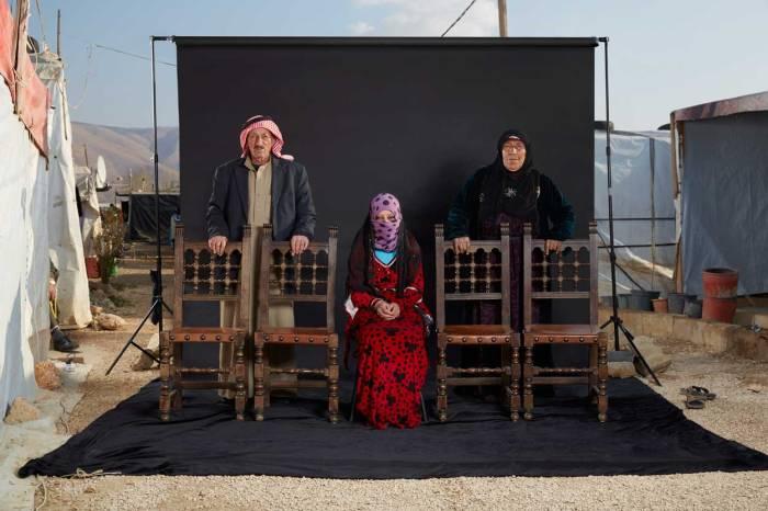 """Owayed a réussi à fuir la Syrie avec son épouse et sa fille. La famille est arrivée au camp il y a six mois, après un voyage éprouvant au cours duquel ils ont été menacés par des rebelles. Mais Owayed a dû laisser en Syrie ses quatre fils, dont l'un est aveugle, et depuis il n'a pas de nouvelles. Il craint pour leur sécurité et s'inquiète pour l'avenir. """"Ici ce n'est pas une vie, nous ne vivons pas,"""" dit-il. """"Nous avons la sécurité, mais ce n'est pas une vie."""" Le conflit syrien a duré jusqu'à présent plus que la Première Guerre Mondiale. Il y a eu plus de 250.000 morts, et plus de quatre millions de personnes ont fui vers les pays voisins, où ils vivent dans des conditions d'extrême difficulté. Photo : Dario Mitidieri"""