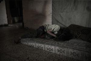 Une jeune fille syrienne a fui les combats de Homs avec des membres de sa famille. Ils se sont installés dans le quartier de Gourhaba, à Tripoli. Leur maison est à portée des tirs de snipers de la colline de Jabal-Mohsen, favorable au régime de Bachar Al Assad. tripoli, Liban, juin 2013. Photo : Guillaume Lavit d'Hautefort
