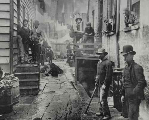 """""""La rue des Bandits"""" (Bandits roost, New-York Slum) / Jacob Riis"""