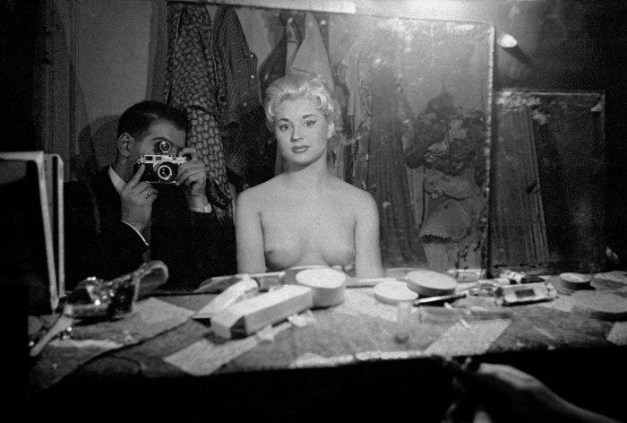 Le Sphynx C., autportrait avec une stripteaseuse, 1956. Frank Horvat.