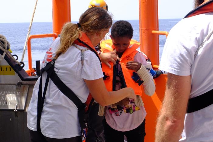 Après avoir passé plusieurs heures sur le bateau des garde-côtes italiens, Theresa monte à bord de lAquarius. Le 23 juillet 2017.